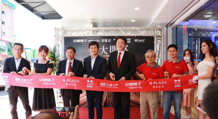 全國電子Digital City首家品牌複合店於基隆開幕,(左起)台灣札幌藥粧有...