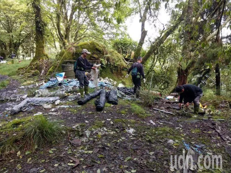 嘉義縣阿里山林鐵眠月線吸引遊客前往,留下大量垃圾。圖/嘉義林管處提供