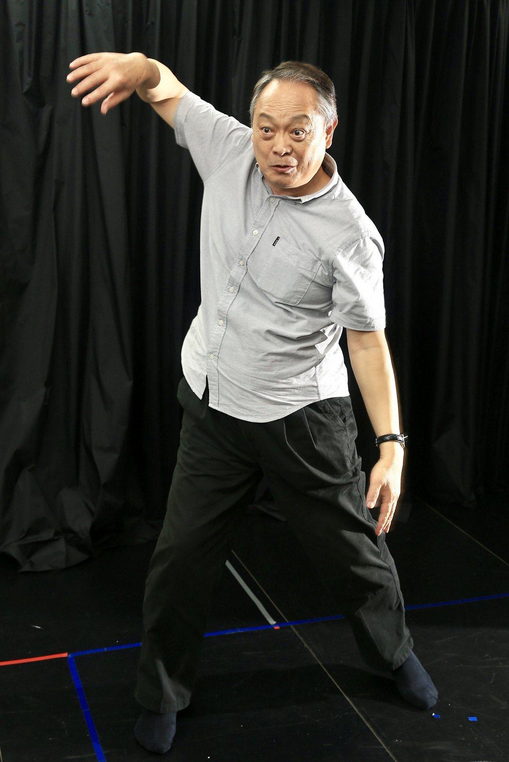 張復建一個「雲手」動作,配合呼吸,訓練手臂、肩、頸不再硬梆梆。記者林伯東/攝影
