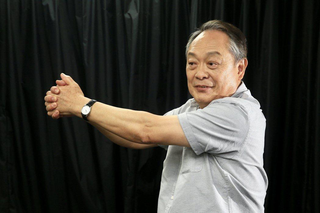 張復建為演出舞台劇,平常就勤於運動做伸展動作,身手依然俐落。記者林伯東/攝影