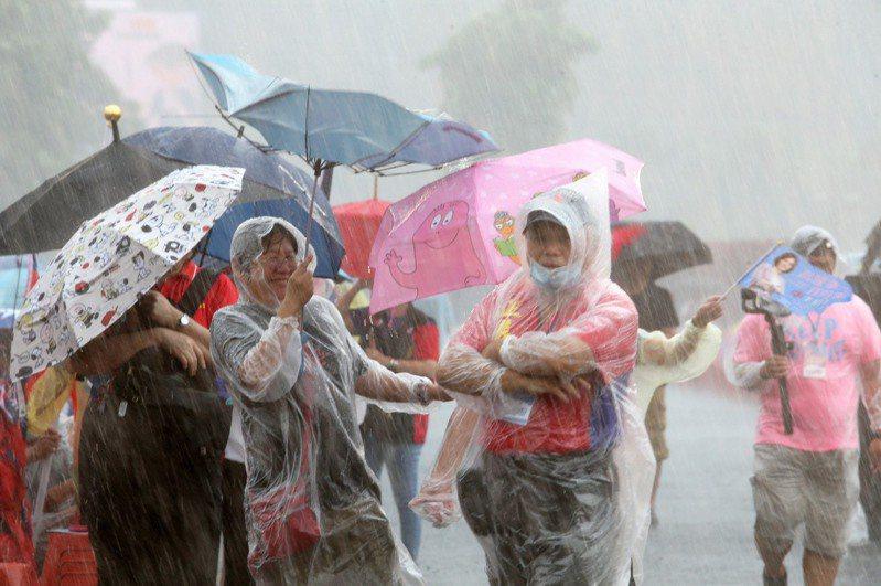選前之夜遇上滂沱大雨,卻澆不熄李眉蓁支持者的熱情。記者劉學聖/攝影