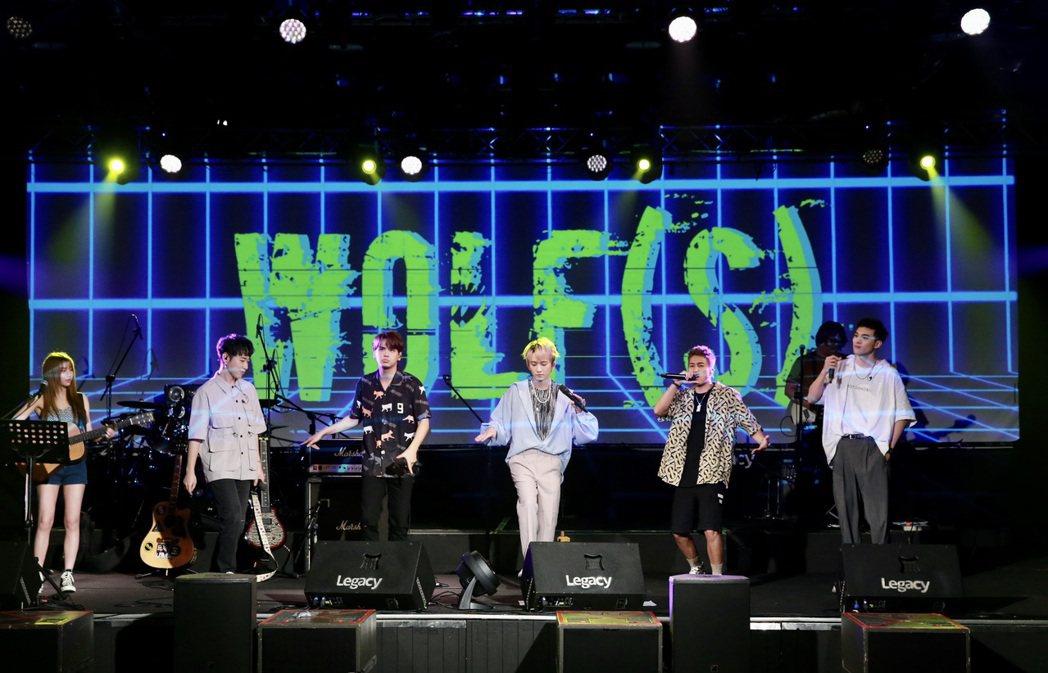 小賴(左起)、陳零九、邱鋒澤、婁峻碩和黃偉晉今晚「五堅情」首度合體飆唱新歌。記者