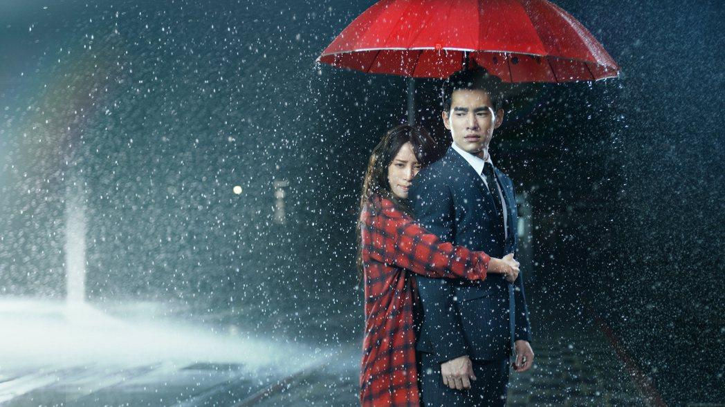 歐陽妮妮(左)、張書豪演出「腦波小姐」,在雨中緊緊擁抱4小時。圖/麗象影業提供