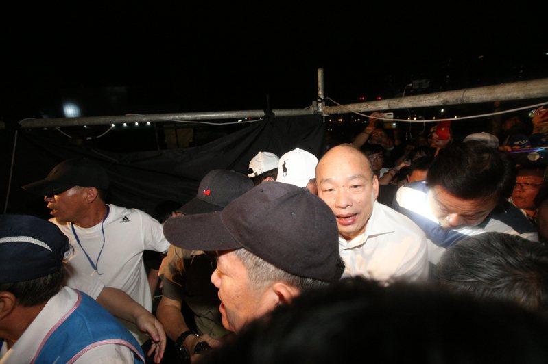 韓國瑜今晚為李眉蓁站台助陣,他由後台上台,在台上迎接李眉蓁 。記者劉學聖/攝影