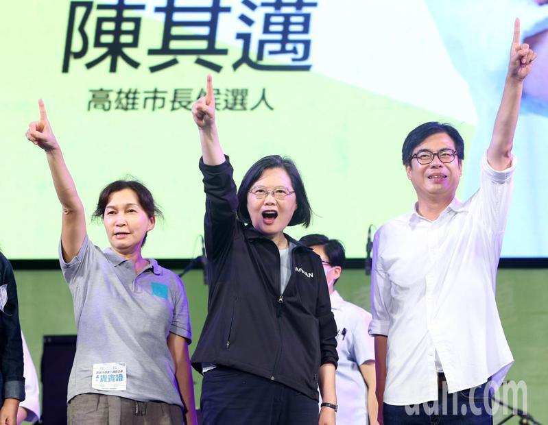 蔡英文總統(中)晚上到高雄,幫高雄市長補選候選人陳其邁(右)與夫人吳虹(左)加油打氣。記者林澔一/攝影