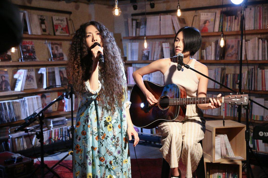 萬芳(左)上月在「今天誰都可以來」直播談唱會時,與創作才女詹森淮搶先合唱新歌。圖...
