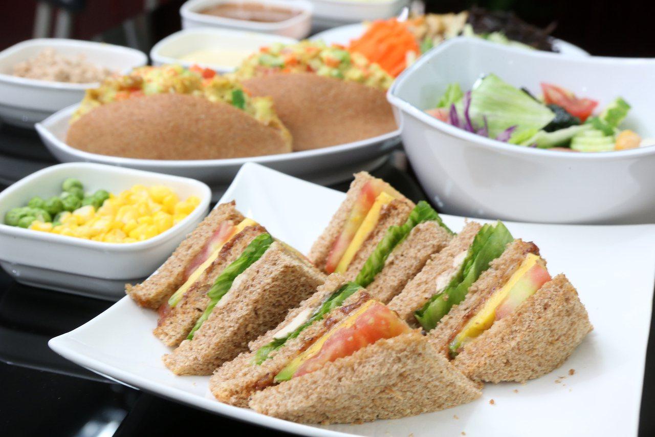營養師建議,家中長輩若因天熱影響胃口,建議在製備食物時可改變烹調方式,幫助刺激食...