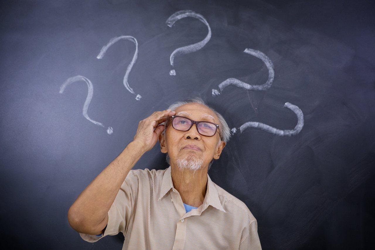 老年人的大腦認知功能改變,安全感降低,易被詐騙集團盯上。圖/123RF