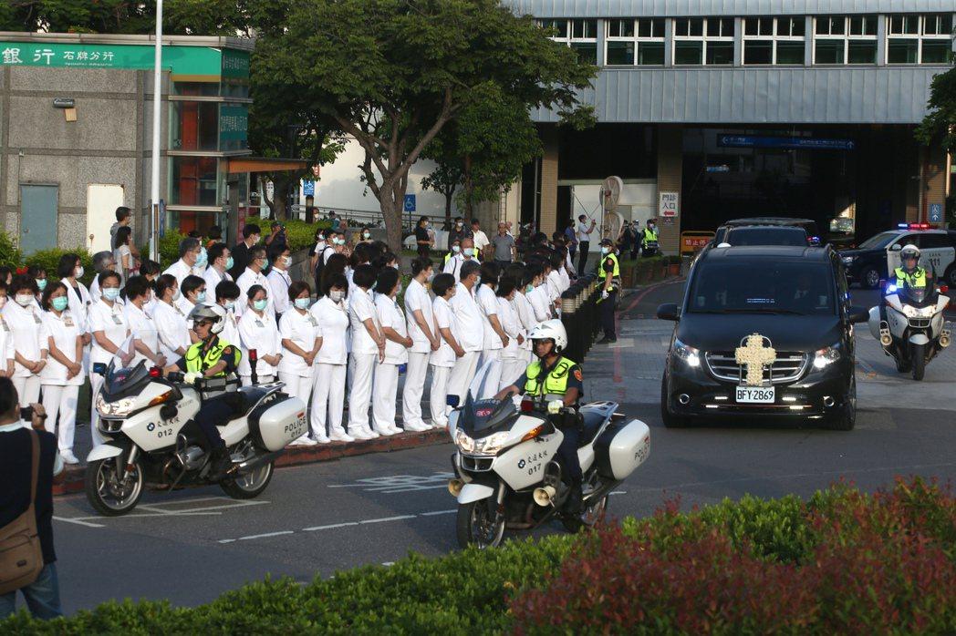 前總統李登輝靈柩車隊昨天上午六時卅分從北榮離開,警用機車開道,台北榮總醫護人員列...