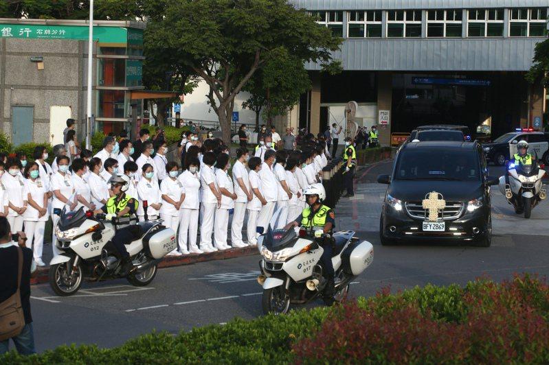 前總統李登輝靈柩車隊昨天上午六時卅分從北榮離開,警用機車開道,台北榮總醫護人員列隊送行。記者蘇健忠/攝影