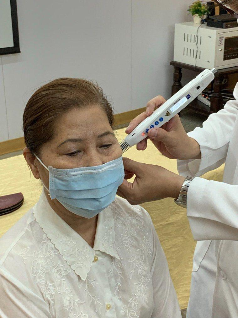 使用最先進的針灸雷射儀治療,不疼痛且效果佳。記者蔡維斌/攝影