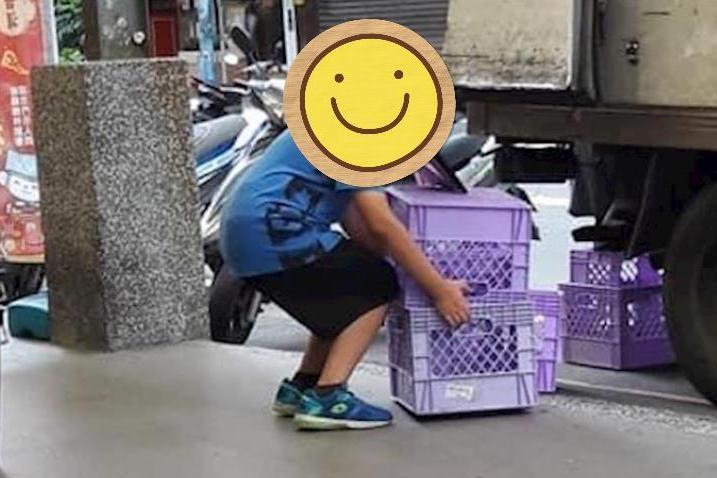 網友見到路邊工作的小朋友,回憶自己小時候暑假都在野外玩樂。圖擷自爆廢公社二館