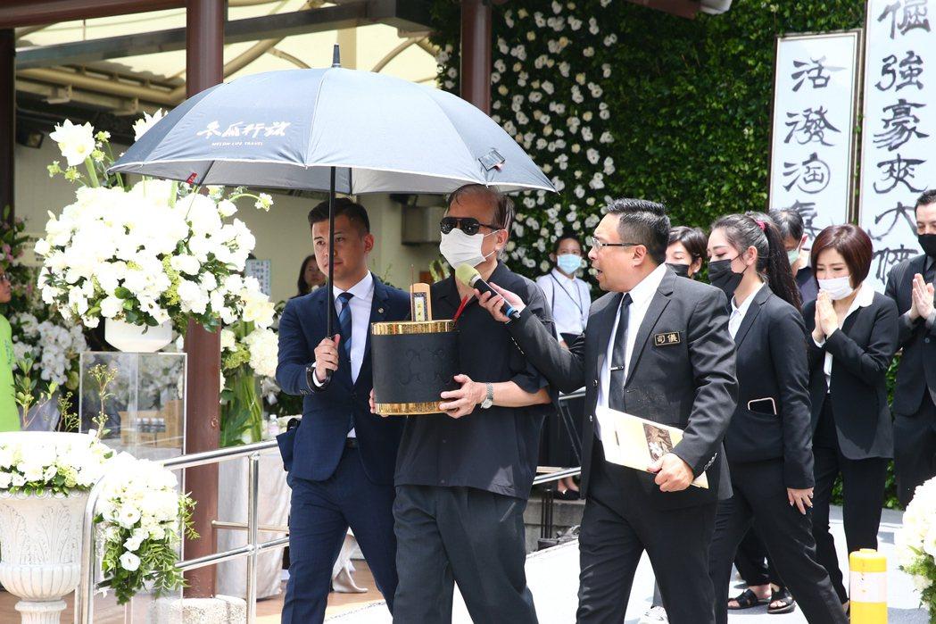 羅霈穎告別式上午在第一殯儀館舉行,大哥羅青哲(中)捧著她的牌位送妹妹最後一程。記