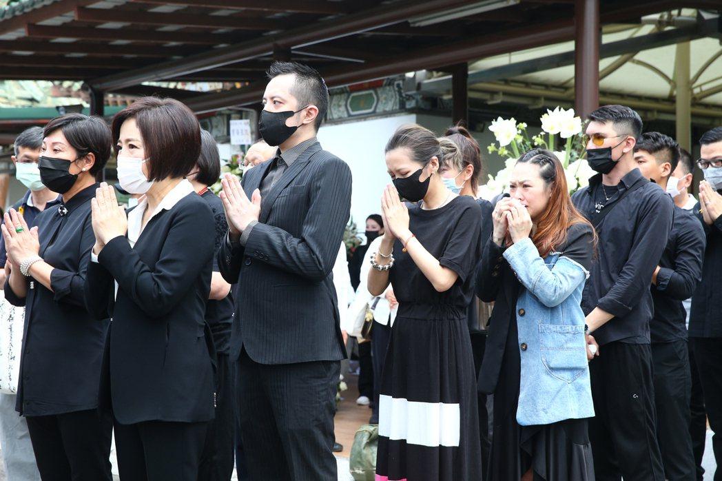 羅霈穎告別式上午在第一殯儀館舉行,makiyo(左三)與于美人(左一)情緒激動。...