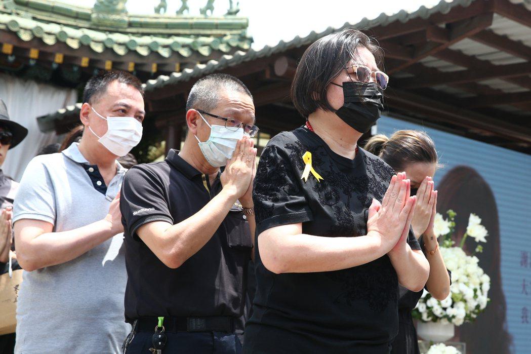 羅霈穎告別式上午在第一殯儀館舉行,邱黎寬(右一)出席。記者葉信菉/攝影