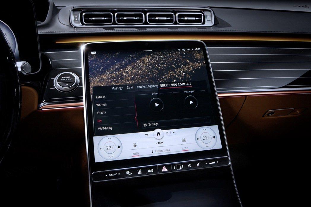 大改款Mercedes-Benz S-Class配置12.8吋中控螢幕。 摘自M...