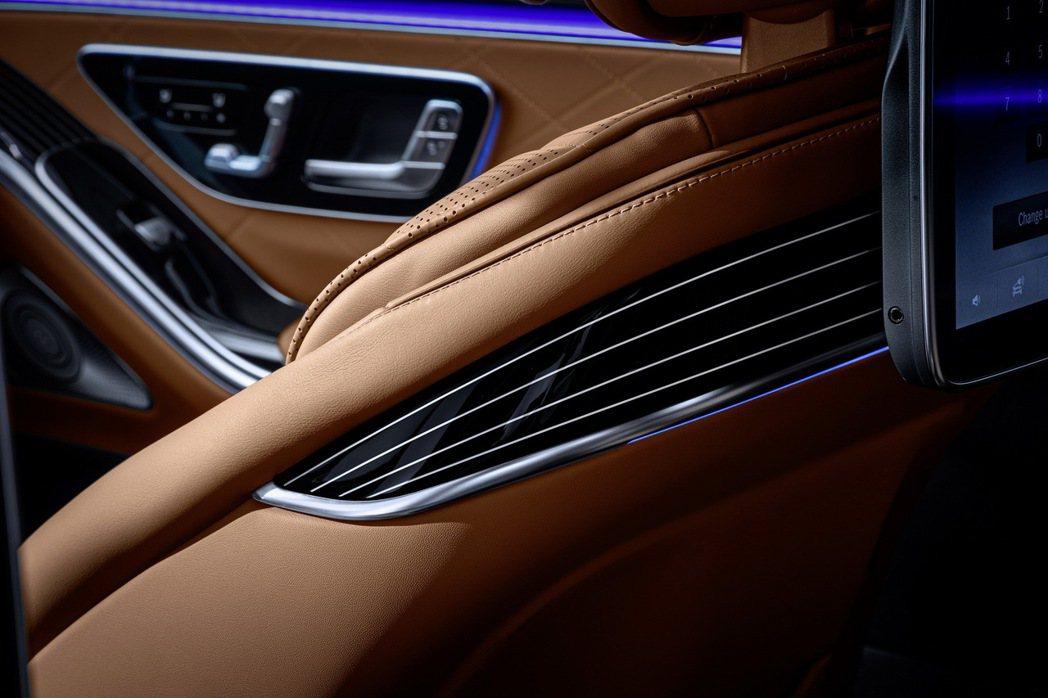 大改款Mercedes-Benz S-Class前座椅背後背上還裝上了冷氣出風口...