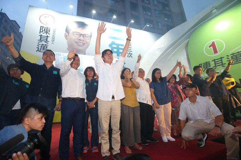 陳其邁(中)晚間在競選總部發表談話,並向支持者表達感謝。 記者林澔一/攝影