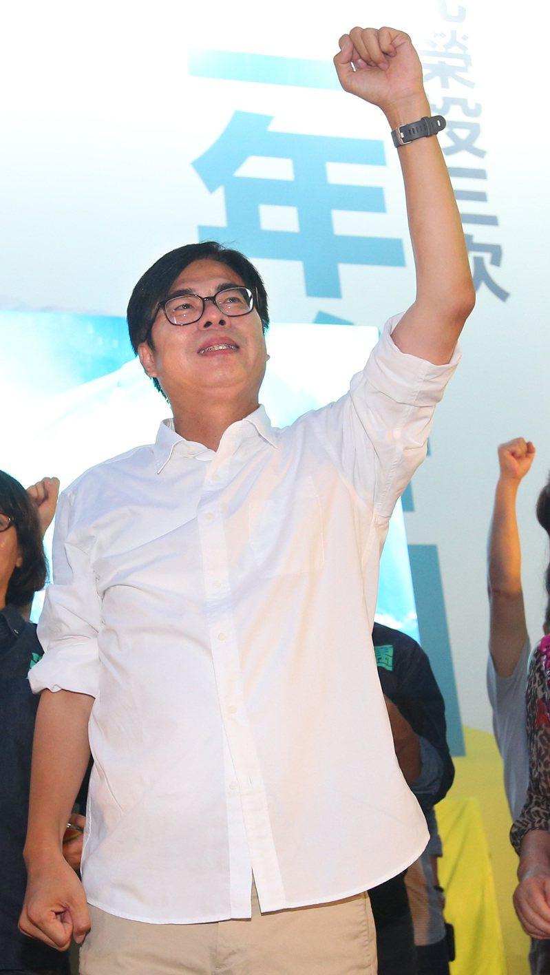 陳其邁(中)15日以67萬票贏得高雄市長補選,晚間到競選總部致詞並表達感謝。 記者林澔一/攝影
