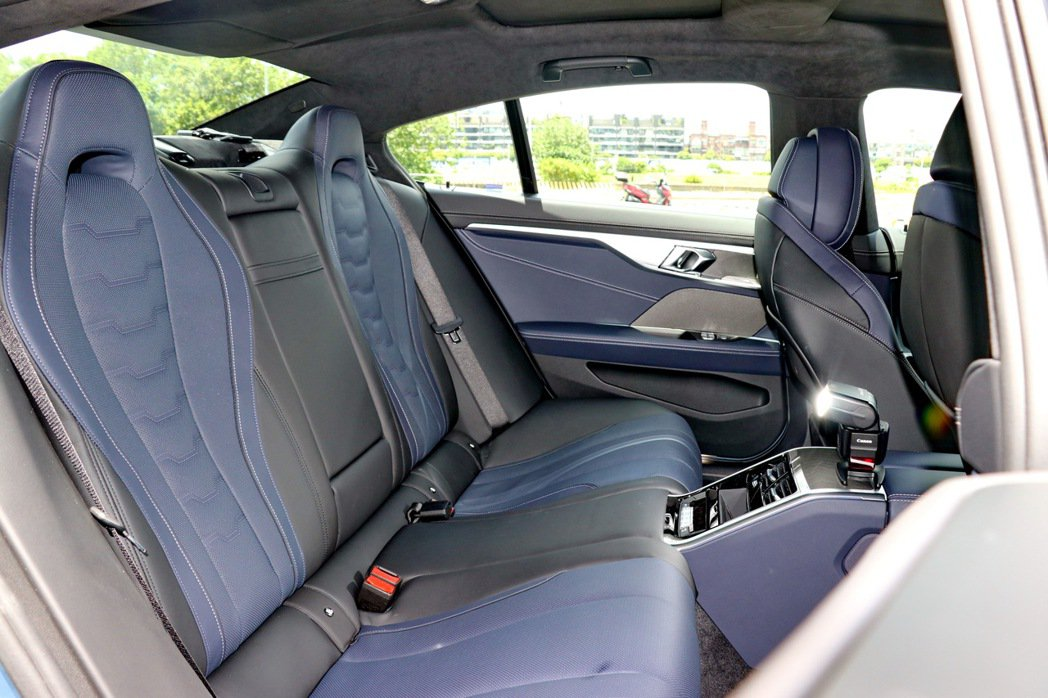 後座採雙座設定,並提供賽車座椅配置。 記者陳威任/攝影