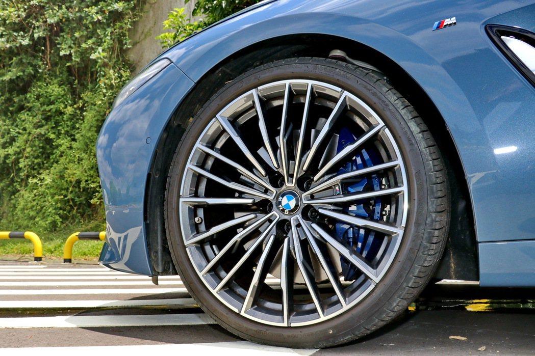 M款多幅式20吋輪圈及MICHELIN PS3失壓續跑胎。 記者陳威任/攝影