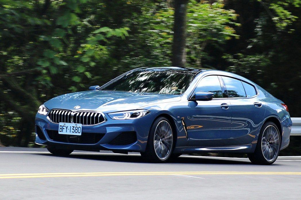 不同於硬派的跑車設定,不論是輕盈的方向盤轉向及軟硬適中的懸吊設定,都讓840i ...