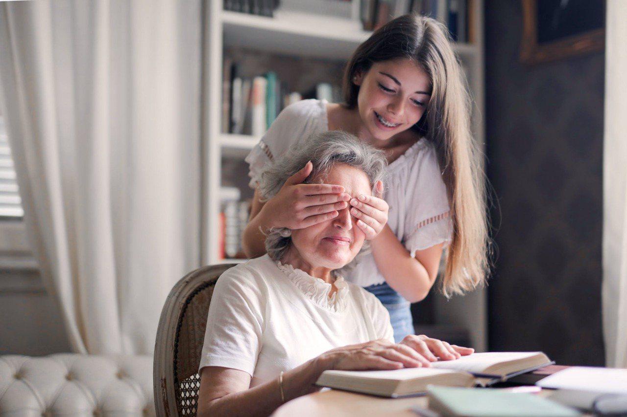 很多老人家年輕時沒有時間好好陪小孩,在晚年時與兒孫同樂,會讓人見到老人家不一樣的...