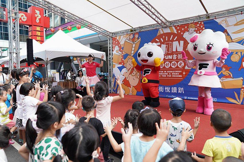 一登場就嗨翻全場的帶動唱包子舞跟妞妞舞的FOOD超人。 台北市重南書街促進會/提...