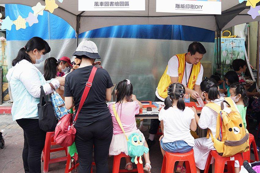 大小朋友歡樂的體驗雕版印刷DIY體驗與塗鴉。 台北市重南書街促進會/提供