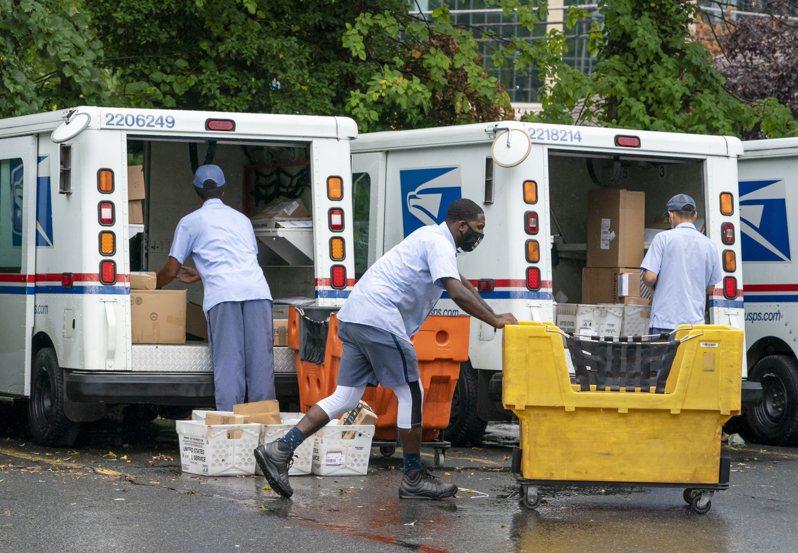 在川普總統坦言,聯邦政府暫緩給美國郵政經費,是為了阻礙11月通訊投票進行的次日,「全國郵差協會」(National Association of Letter Carriers)14日宣布支持民主黨準總統候選人拜登。 美聯社