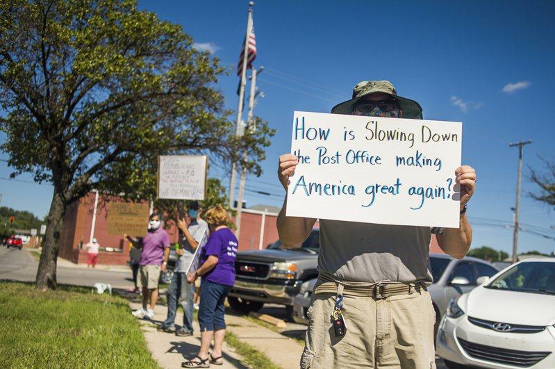 密西根州密德蘭市居民11日在當地郵局前抗議,因郵政服務減少造成居民不便。 美聯社