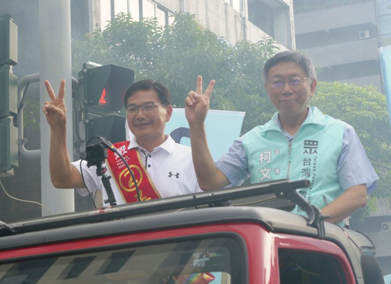 民眾黨主席柯文哲(右)昨日陪同高雄市長候選人吳益政(左)掃街至晚上。 聯合報系資料照/記者徐白櫻攝影