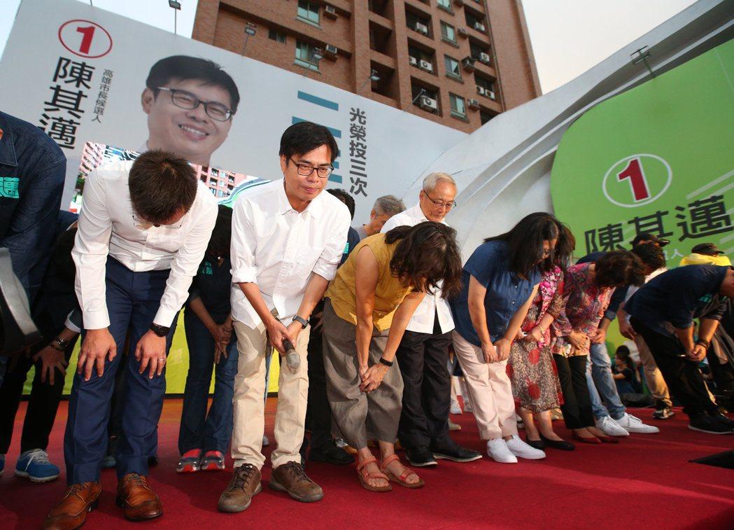 陳其邁(左二)15日晚間在競選總部發表談話,並向支持者表達感謝。 圖/聯合報系資料照