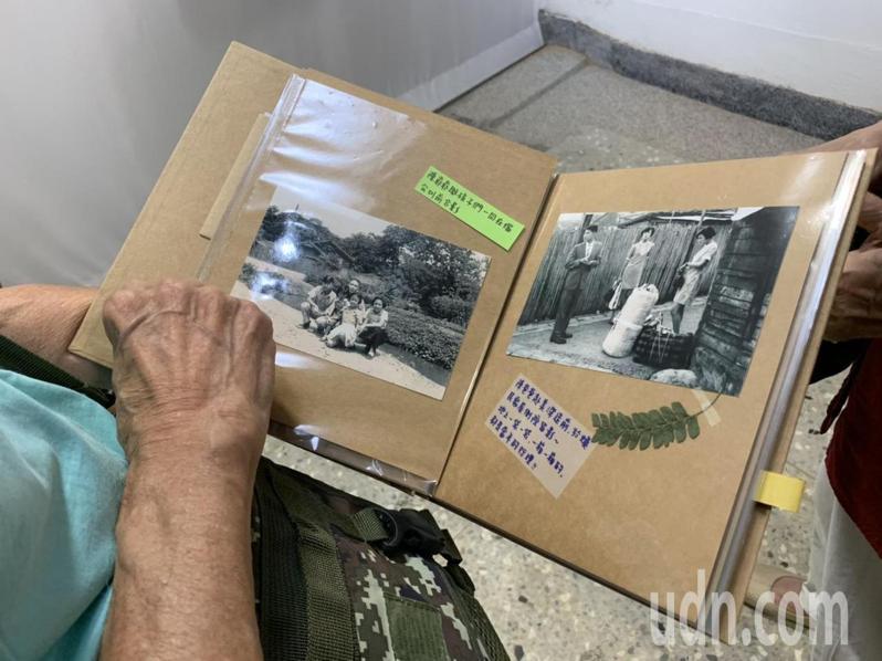 陳鎮渝打開展間以他家戶故事製作的口述歷史集,照片中有家屋雨淋板,地上擺著幾箱行李,他身著西裝,兩位妹妹也著正裝,當年全家正準備替他送行。記者趙宥寧/攝影