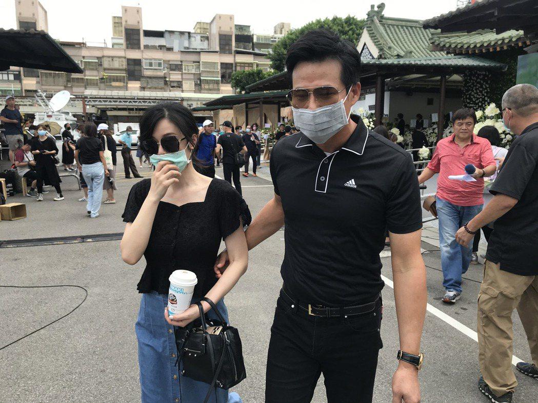 陳國華跟老婆Ivy參加告別式。記者葉君遠攝影