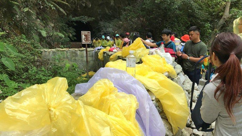 部分造訪水簾洞的遊客,會將雨衣放在入口處,讓後來的人使用,雖是善意,卻已造成髒亂問題。圖/報系資料照片