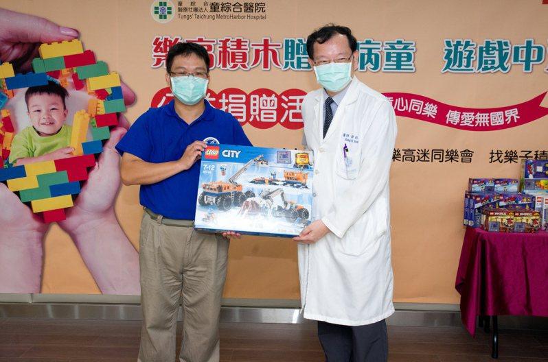 Brickway樂高迷同樂會代表吳毅俊(左)捐贈樂高積木給童綜合醫院病童,由童綜合醫院副院長許弘毅受贈。圖/童綜合醫院提供