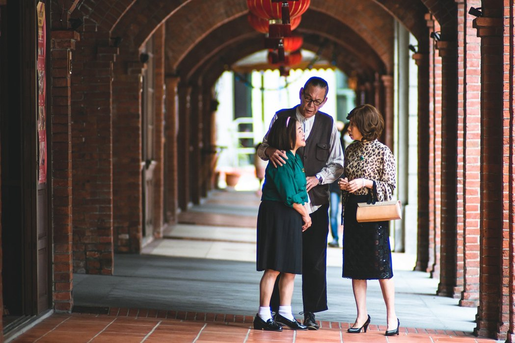 吳秀珠(左起)演出「老姑婆的古董老菜單」扮高中妹,在龍劭華面前喊今子嫣「阿嬤」。