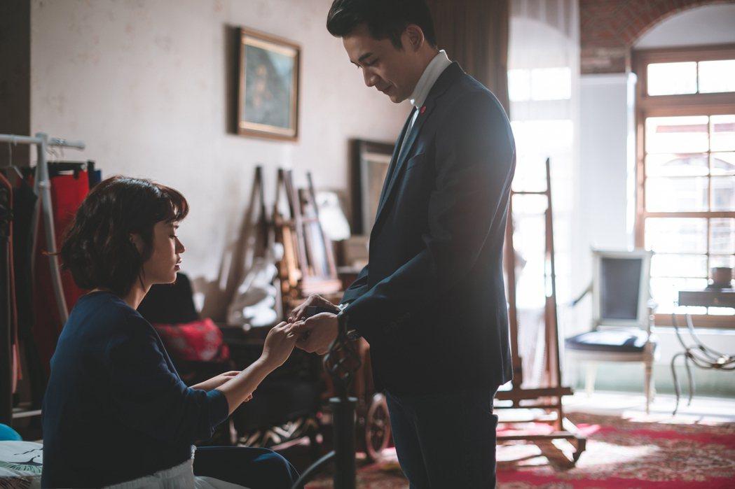 嚴正嵐(左)、曾子益在「老姑婆的古董老菜單」中飾演情侶。圖/華視提供