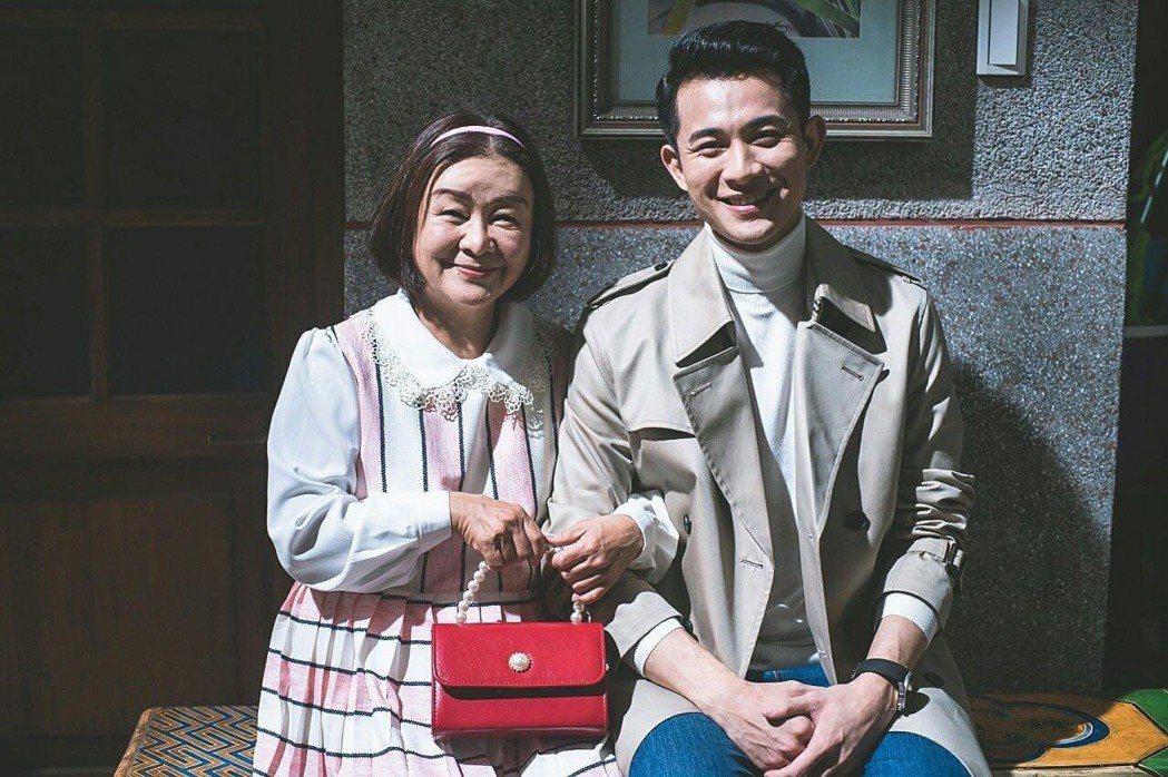 「老姑婆的古董老菜單」戲中,面對吳秀珠(左)的含情脈脈,曾子益好害羞。圖/摘自臉...