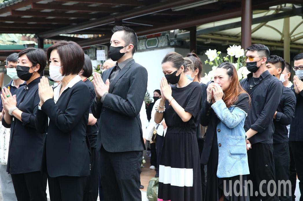 羅霈穎告別式上午在第一殯儀館舉行,makiyo(左三)與于美人(左一)情緒激動。