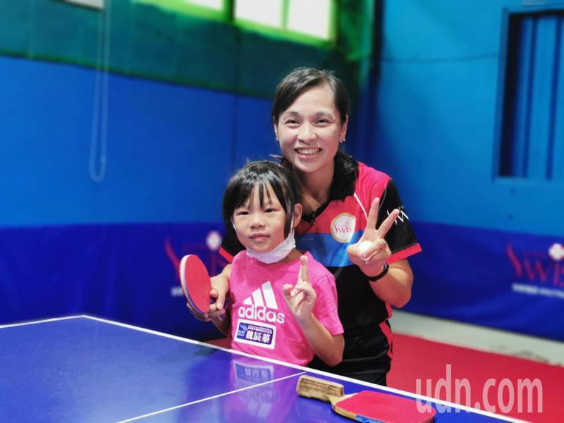 奧運桌球國手陳秋丹,下場帶著小朋友練球。記者卜敏正/攝影