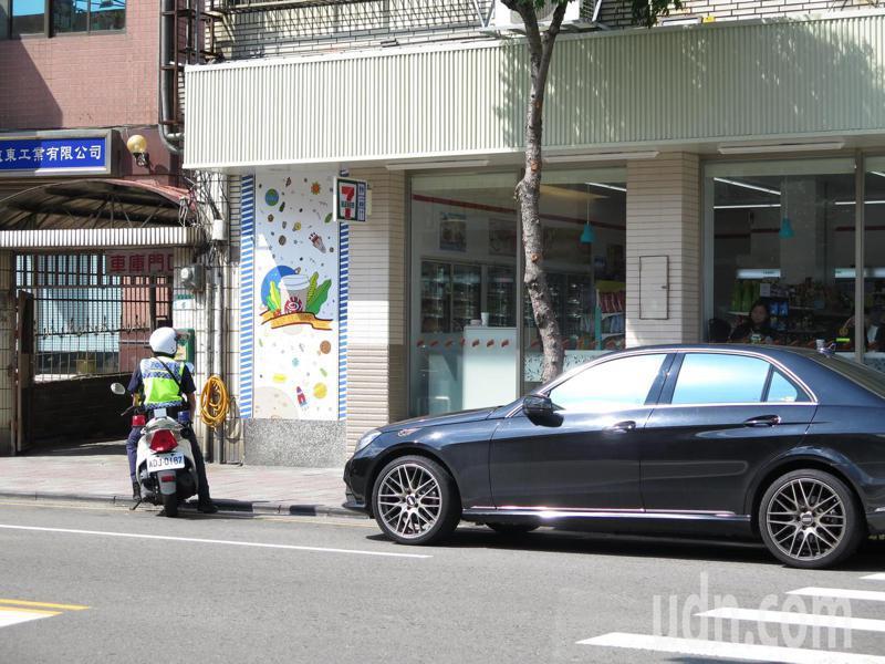 桃園警方7月起在桃園區13個重點路段執行「路暢專案」,沿線商家林立的龍安街也被列入,但店家最近抱怨警方執勤不近人情,「車子停放黃線沒多久,就開始鳴笛驅趕」。記者張裕珍/攝影