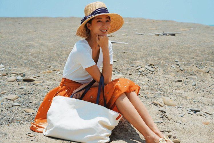 隨棠在恆春的海邊搭襯Inside Out雙面托特包。圖/取自IG