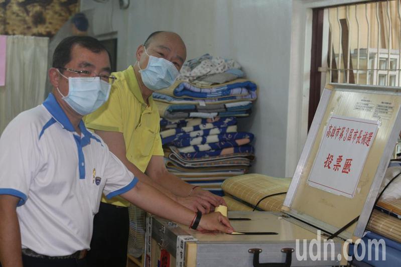 高雄前市長韓國瑜今午低調前往林園普願寺投票,現場有不少韓扮守候。記者劉學聖/攝影