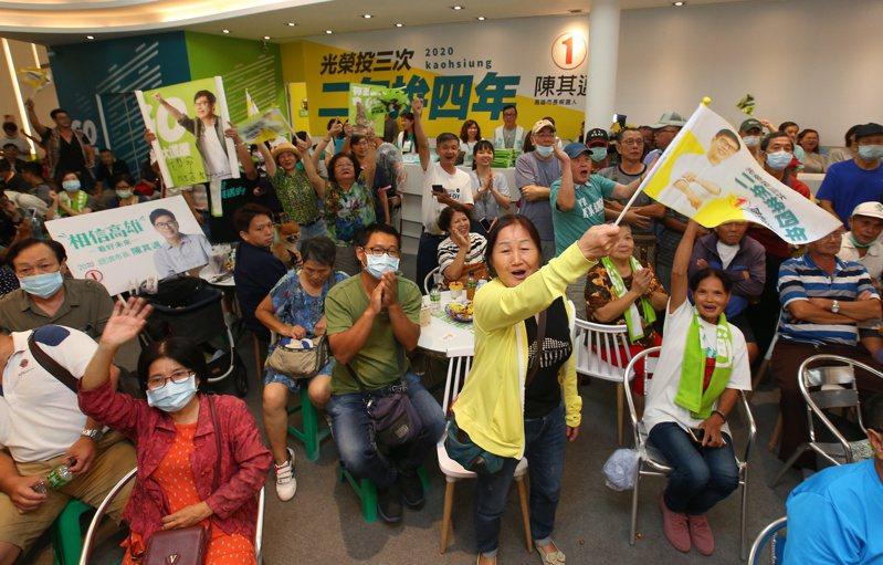 大批支持者聚集在民進黨候選人陳其邁的競總部,得知開票領先,現場歡聲雷動。記者林澔一/攝影