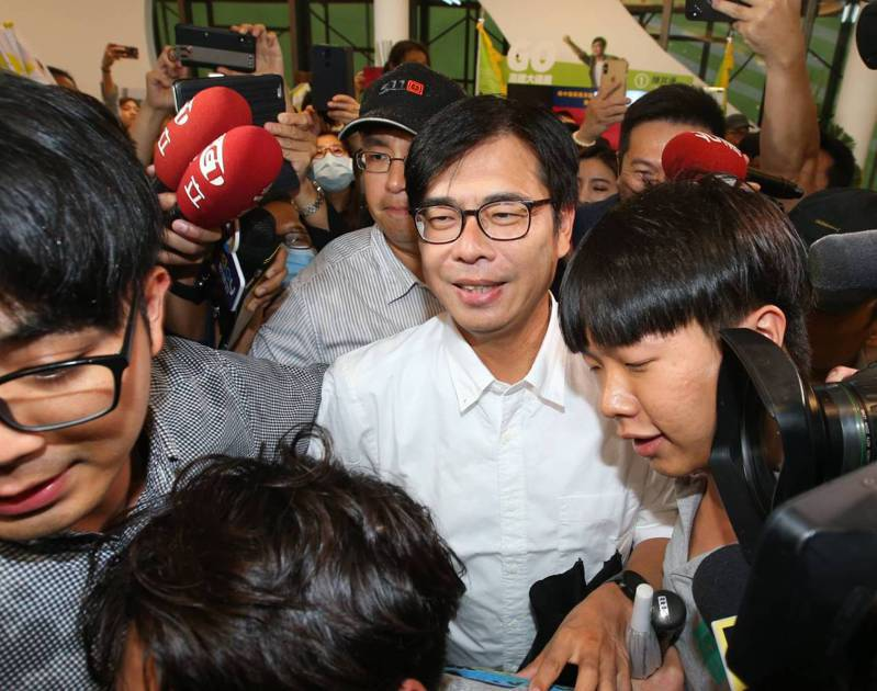 民進黨高雄市長補選候選人陳其邁下午4時20分左右到達競選總部,支持者大喊「凍蒜」,場面熱烈。記者林澔一/攝影
