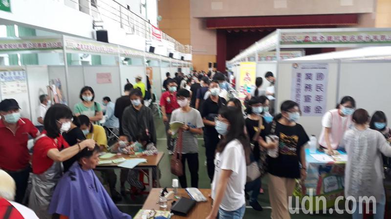 2020台南好生活 台南呷頭路」就業博覽會,今天在善化文康育樂中心舉行。記者周宗禎/攝影