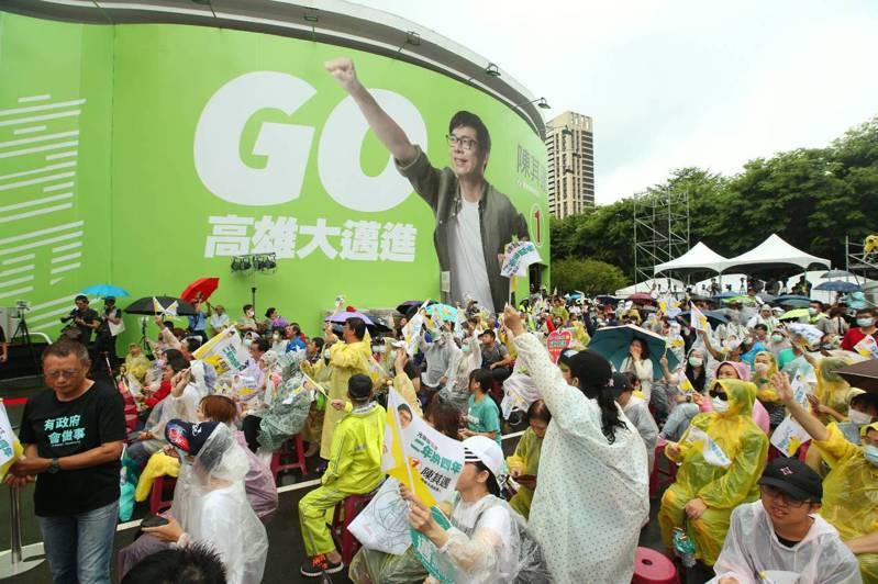 民進黨陳其邁今天晚上6時18分站上競選總部演講台,隨後發表高雄市長當選感言。記者林澔一/攝影