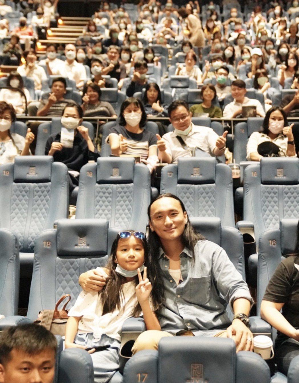 「不丹是教室」的不丹導演巴沃(右)是台灣女婿,岳父還是賴聲川,來台隔離14天後終...
